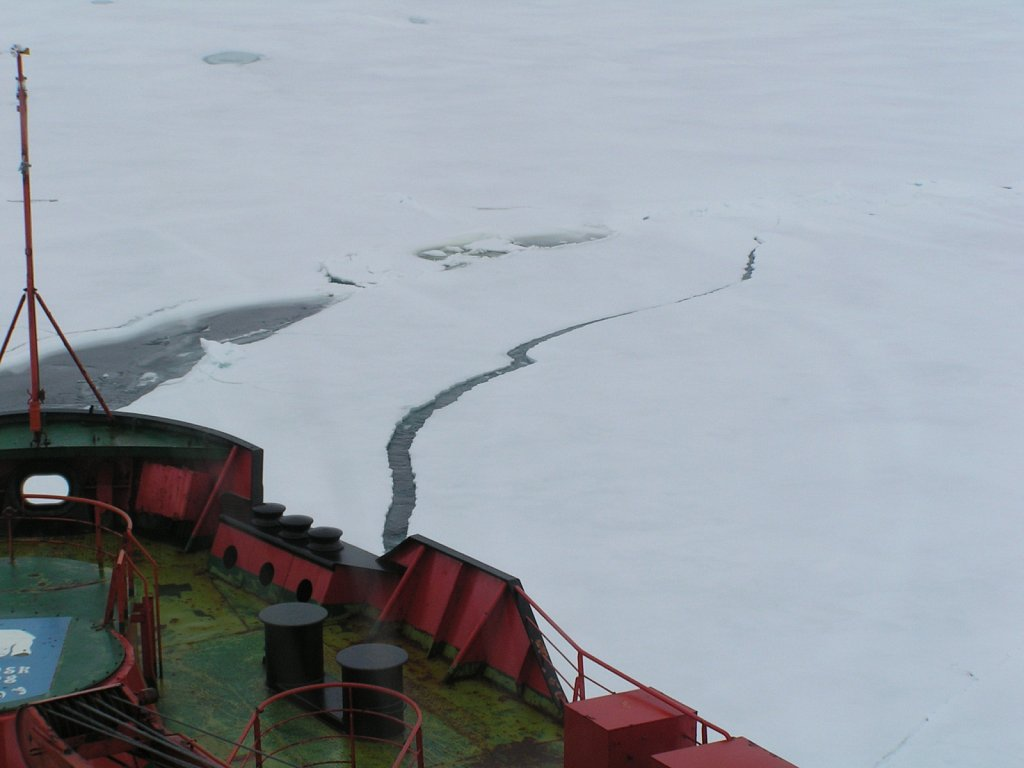 Ice-breaking-crack-1-KM.JPG