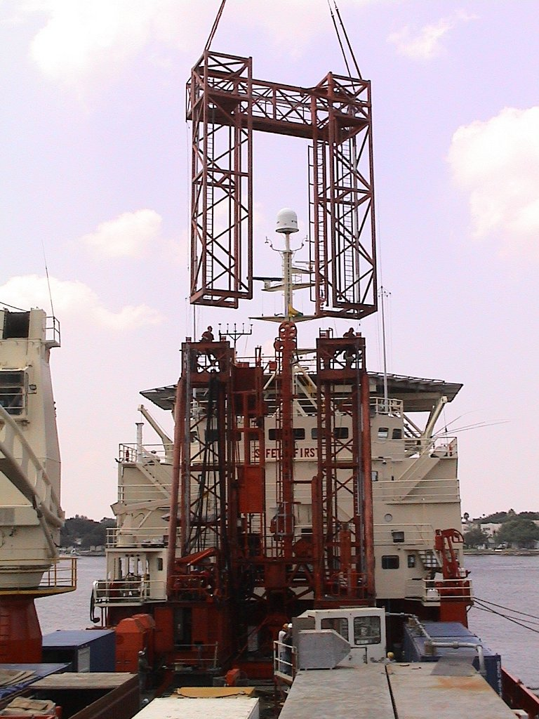 ship-mobilisation-top-section-of-R100-drill-rig-being-locate.JPG